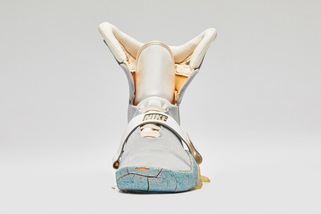 Original-Nike-Air-Mag-From-Back-To-The-Future-II-3
