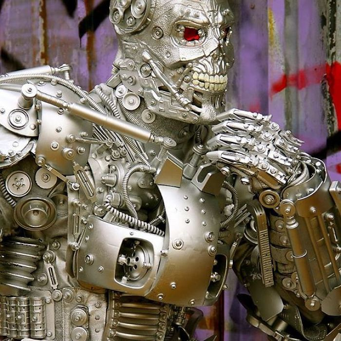 American-artist-turns-into-amazing-robots-using-recyclable-trash-and-makes-people-happy-on-the-streets-5c4b0b717b0d4__700