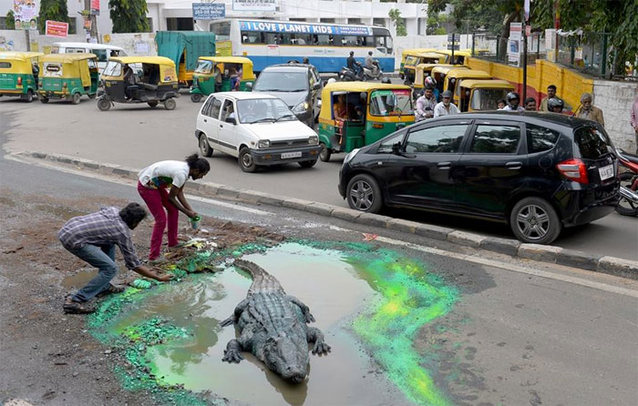 artist-protesting-better-roads-baadal-nanjundaswamy-india-5d6e126d85e69__700